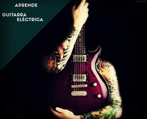Los brazos de un hombre tatuado abrazando una guitarra eléctrica