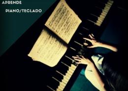 las manos de una persona tocando un piano