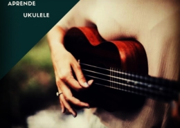 Una mujer tocando el ukulele